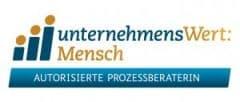 Logo_UWM_Zusatz_Prozessberaterin_CMYK_300dpi_220mmB_rgb